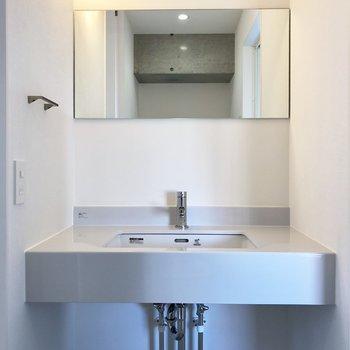 洗面台はコンパクトですが洗練されてる※写真は6階の反転間取り別部屋のものです