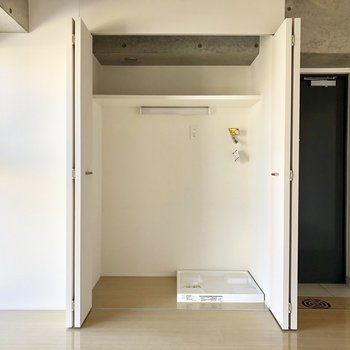 手前のお部屋、扉の中は洗濯機置き場!※写真は6階の反転間取り別部屋のものです