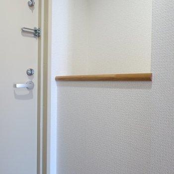 玄関にはさり気なく飾り棚も♥※写真は5階の同間取り別部屋のものです