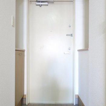 玄関も落ち着いた色味。※写真は5階の同間取り別部屋のものです