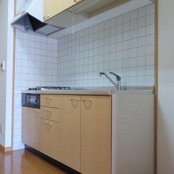 キッチンも落ち着いた色味。※写真は5階の同間取り別部屋のものです