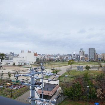 眺望は電線がちょっと入りますが広い公園!