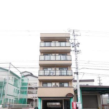 大通り沿いに建つ5階建てのマンションです