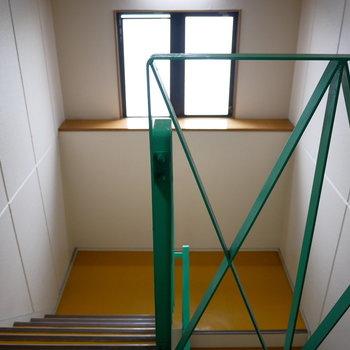 共用階段がレトロなカラー