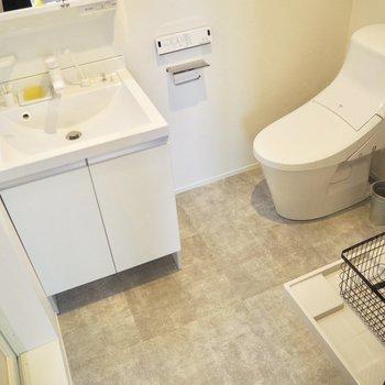 脱衣所にトイレがあります※家具はサンプルです