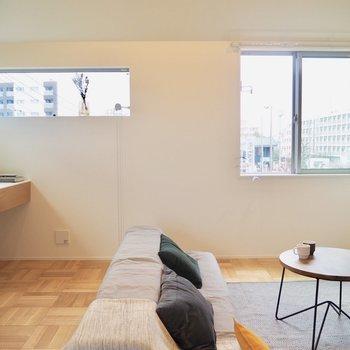 二面採光のため、お部屋も明るめです※家具はサンプルです