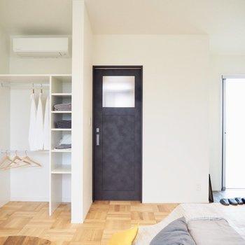 黒いドアが映えます※家具はサンプルです