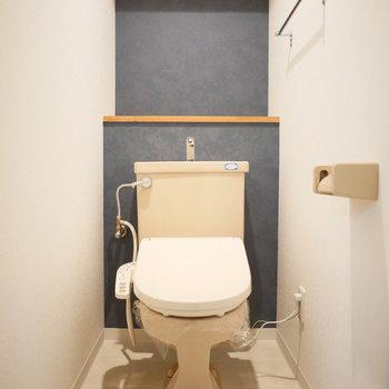 トイレは落ち着いたブルーのクロス。(※写真は前回募集時のものです。)