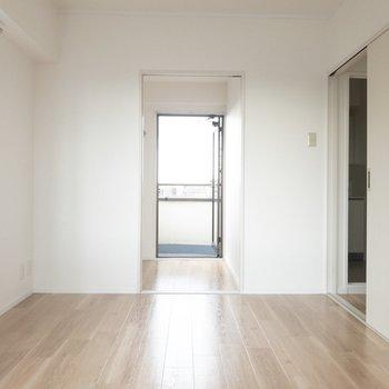 【洋室6帖】奥には小さいスペースがあります