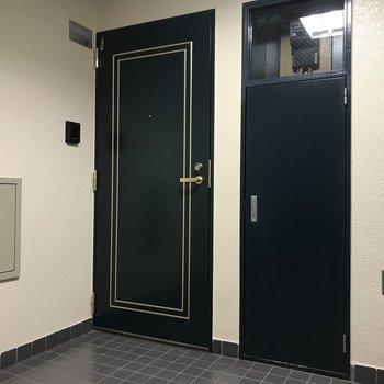 7階は緑色の玄関扉