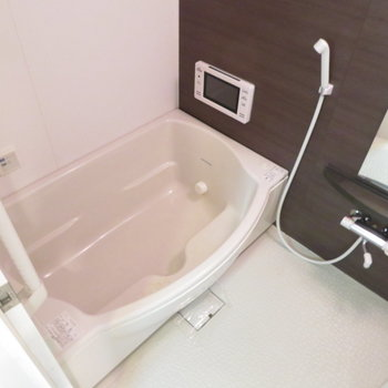 お風呂も充実の設備(※写真は7階の反転間取り別部屋のものです)