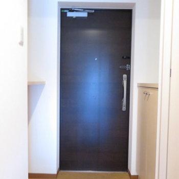 玄関広いですね(※写真は7階の反転間取り別部屋のものです)