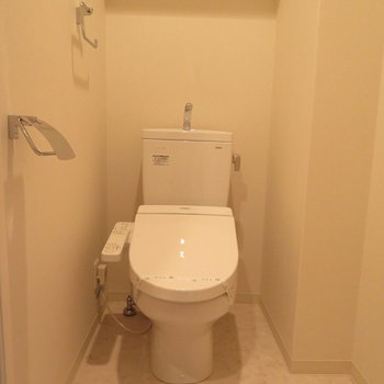 もちろん温水洗浄便座付きです※写真は13階の反転間取り別部屋のものです。