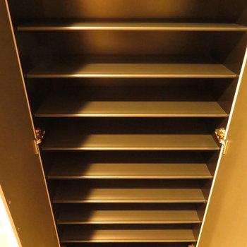 シューズボックスもこんなにも!※写真は13階の反転間取り別部屋のものです。