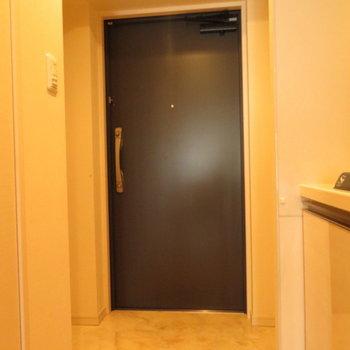 玄関大き目です※写真は13階の反転間取り別部屋のものです。