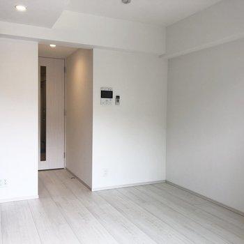 シンプルな内装。※写真は5階の同間取り別部屋のものです
