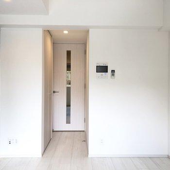 左の壁がアクセントクロス。※写真は5階の同間取り別部屋のものです