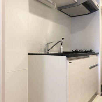 キッチン横に冷蔵庫を置けます。※写真は5階の同間取り別部屋のものです