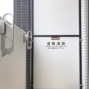 バルコニーの竿掛けで外干しできますよ。※写真は5階の同間取り別部屋のものです