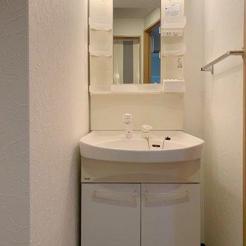 その脇に洗面台があります。