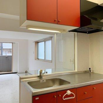 表からは見えなかったのですが、キッチンは明るいトマト色!