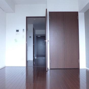 窓側からの眺め。濃い目の茶色で落ち着きます!※写真は12階の反転間取り別部屋のものです