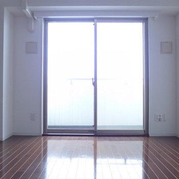 お部屋全体が明るくなりますね!※写真は12階の反転間取り別部屋のものです