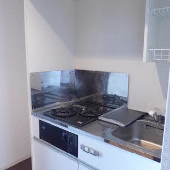 キッチンは2口ガス!少しコンパクト。※写真は12階の反転間取り別部屋のものです