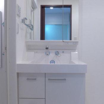 洗面台、大きいです!収納も十分!隣の洗濯機置けます!※写真は12階の反転間取り別部屋のものです