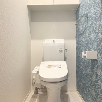 トイレは棚とウォシュレット付きです。