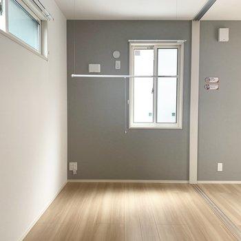 リビング隣の洋室はベッドだけのシンプルな寝室に。