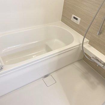 浴槽ゆったり、半身浴にも。