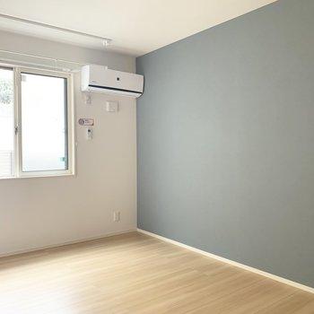壁のブルーがいいアクセント。