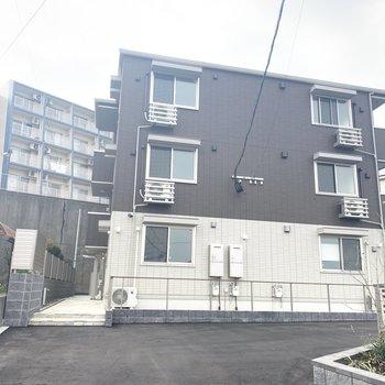 3階建ての新築アパート。