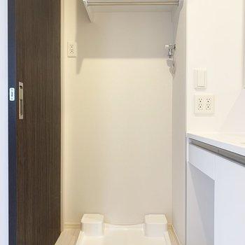 洗濯パンは脱衣所に。収納付きです♪