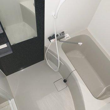 お風呂もゆったり※写真は通電前、フラッシュを使用して撮影シています