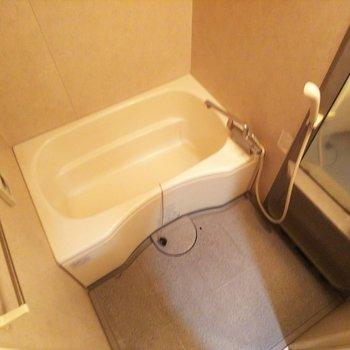 【下階】浴槽はゆったりできそうなサイズです!