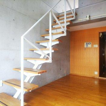 【下階】木材とコンクリートのコントラストが美しい!