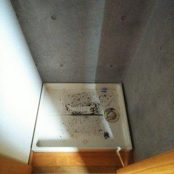 【下階】洗濯機置場は扉で隠すことができますよ。※写真はクリーニング前のものです