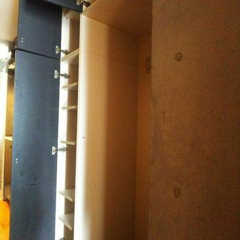 【下階】こちらは冷蔵庫置場、周囲には収納もついていて機能性◎