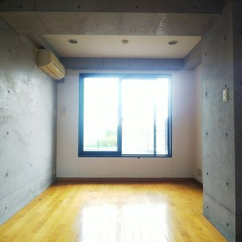 【上階】コンクリート部分が多く、クールな印象です。
