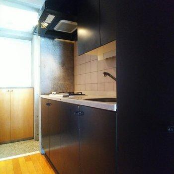 【下階】キッチンはシックな印象の黒です。