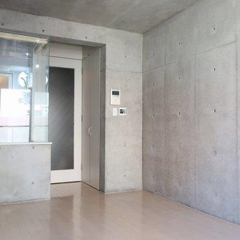 ん?ドアの手前に…※写真は4階の反転間取り別部屋のものです