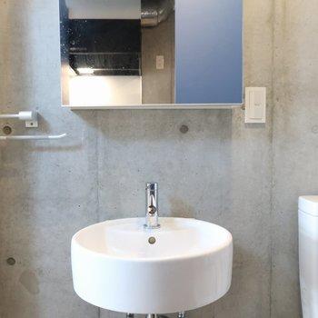 洗面台もオシャレ。鏡の中が収納になっています。※写真は4階の反転間取り別部屋のものです