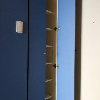 群青色のクロスを開けたらシューズボックス※写真は4階の反転間取り別部屋のものです