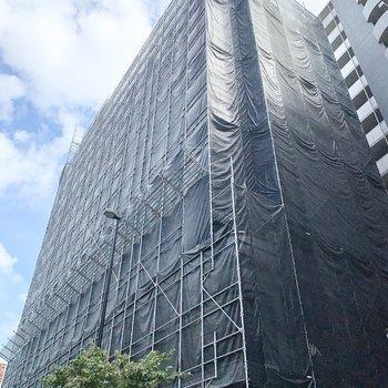 どしっと構えた建物。外観は工事中でした。
