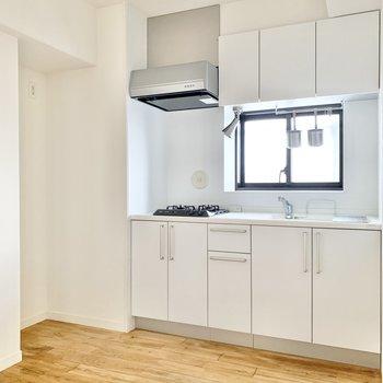 白色を基調としたスマートなキッチン。