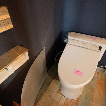 トイレは既存ですが、最近新しくなってます!壁紙は白になります。※工事中の写真です。