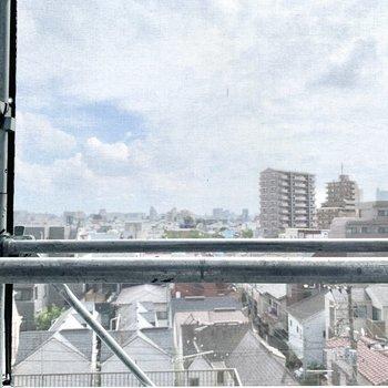 正面からの眺望。工事が終われば青空を望めます。
