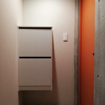 ビタミンカラーで元気が出そうな玄関※写真はクリーニング前のものです